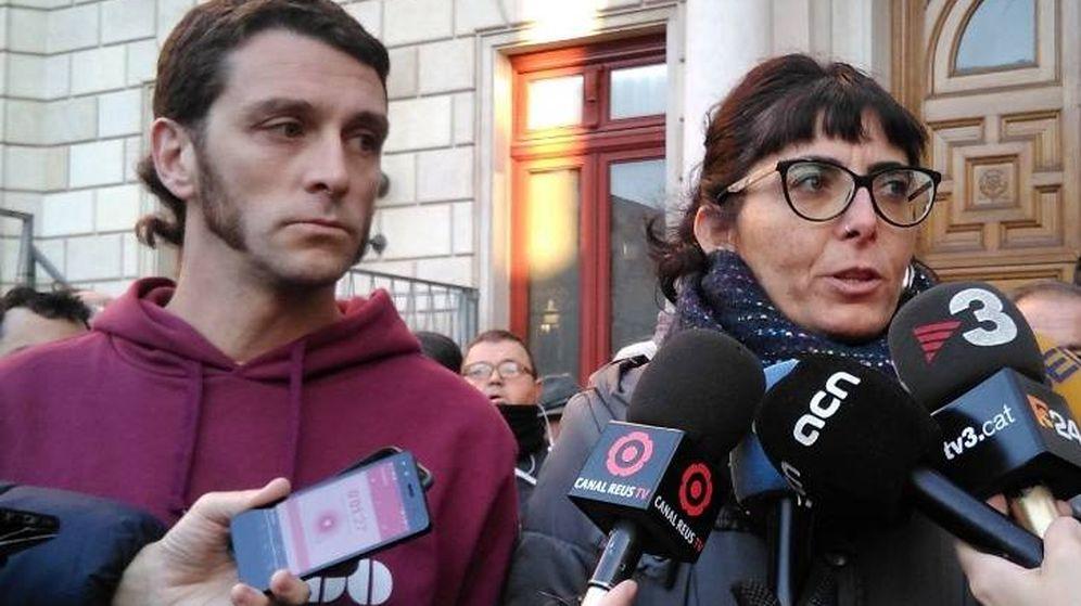 Foto: Oriol Ciurana y Marta Llorens, este miércoles, ante el Ayuntamiento de Reus. (Foto: CUP Reus)