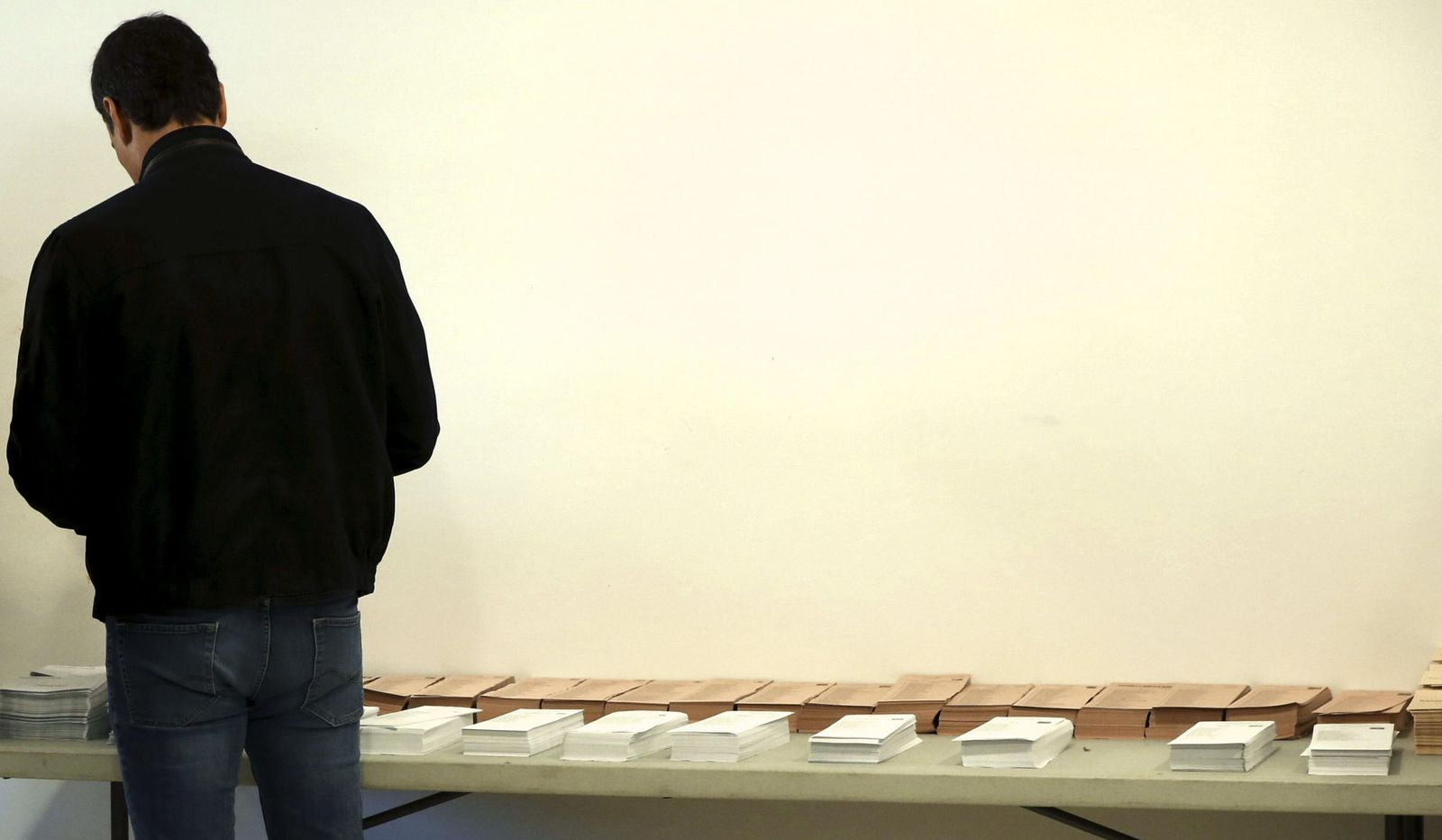 Foto: Imagen de los comicios locales y autónomicos, en la que Pedro Sánchez (PSOE) coge las papeletas antes del voto. (EFE)