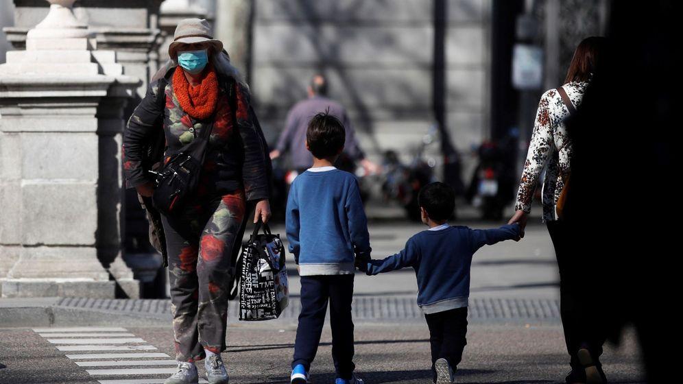 Foto: Un par de niños cruzan una calle este miércoles, en Madrid. (EFE)