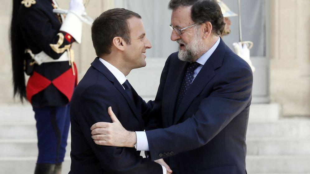 Foto: El presidente francés, Emmanuel Macron, da la bienvenida al jefe del Gobierno español, Mariano Rajoy, antes de su reunión en el palacio del Elíseo en París. (Efe)