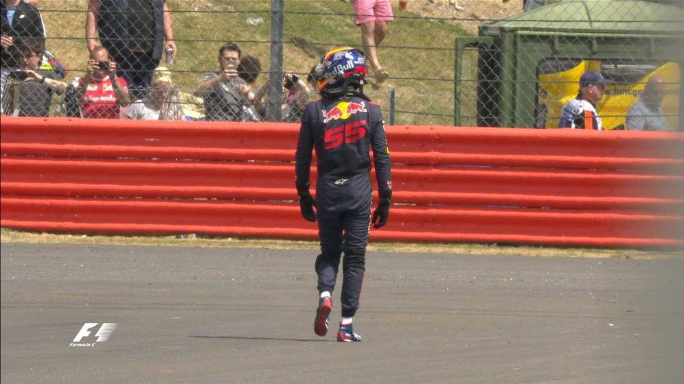 Foto: Sainz, al bajarse del coche en Silverstone. (Formula 1)