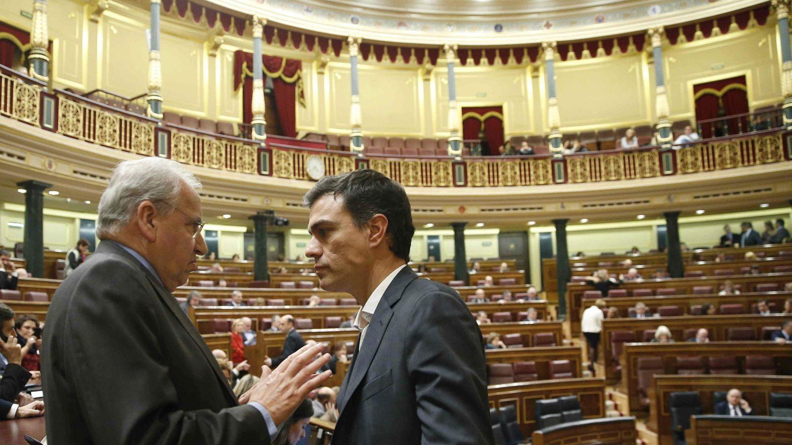 Foto: El diputado socialista Alfonso Guerra (i) conversa con el líder del PSOE, Pedro Sánchez. (EFE)