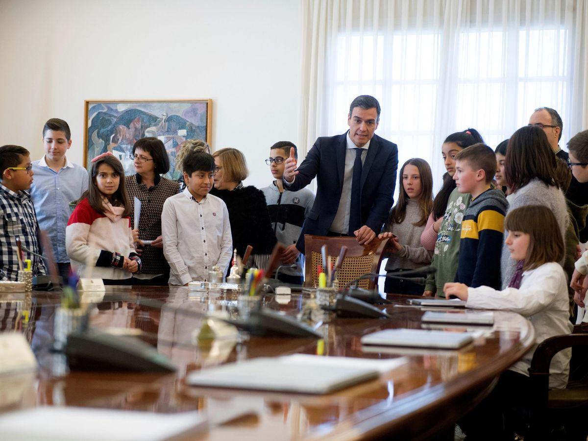 Foto: Pedro Sánchez recibe a un grupo de estudiantes. (EFE)