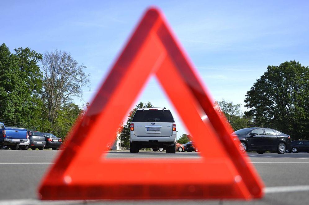 Foto: La DGT sustituirá los triángulos de emergencia por luces sobre el techo. (CC)