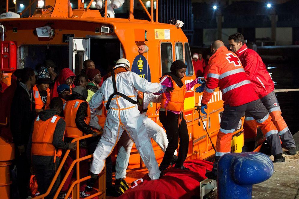 Foto: Llegada al puerto de Málaga de inmigrantes rescatados por Salvamento Marítimo cuando navegaban en una embarcación en el mar de Alborán, que salió del norte de Marruecos. (EFE)
