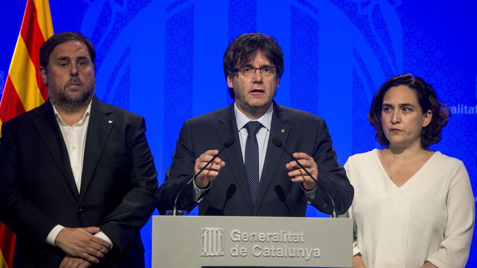 Foto: El presidente de la Generalitat, Carles Puigdemont (c), junto a la alcaldesa de Barcelona, Ada Colau (d), y el vicepresidente, Oriol Junqueras (i), hace una declaración institucional. (EFE)