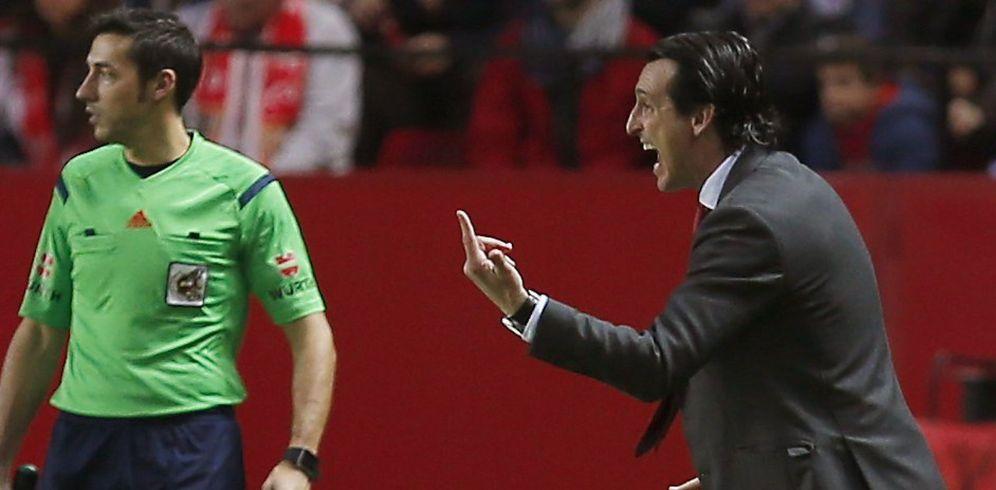 Foto: Unai Emery es uno de los entrenadores más activos y gesticulantes mientras un balón está en juego (EFE)
