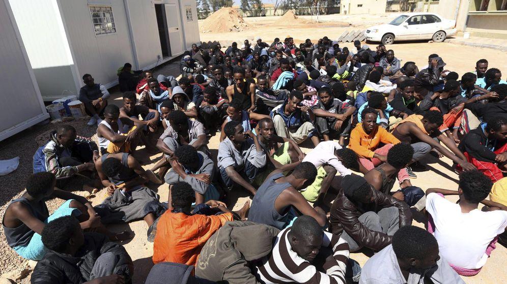 Foto: Personas que fueron rescatadas en las costas de Libia en un centro de inmigrantes en Misrata (Efe).