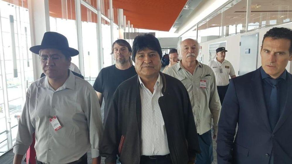 Foto: El expresidente boliviano Evo Morales (c) a su llegada al aeropuerto internacional de Ezeiza este jueves, en la provincia de Buenos Aires (Argentina). (EFE)