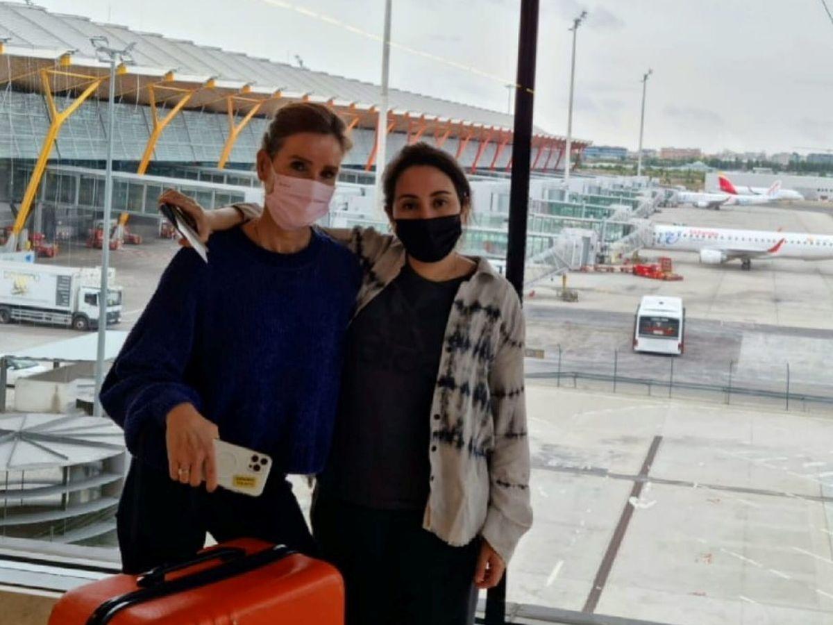 Foto: Latifa, con su amiga Sioned Taylor en el aeropuerto de Madrid. (Redes)