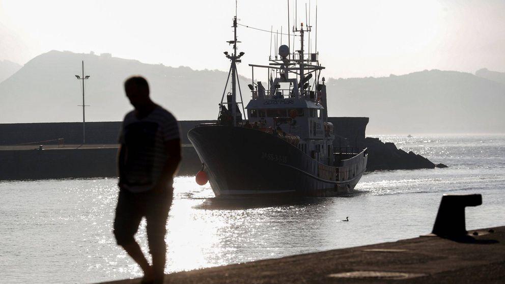 El barco hundido en A Coruña volcó al salir del puerto tras golpearse contra un muro