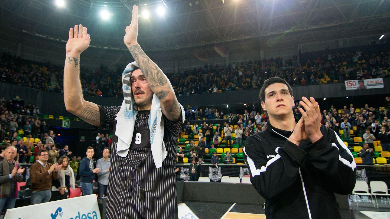 Los jugadores del Bilbao Basket agradecen a su afición el apoyo (Foto: ACB).