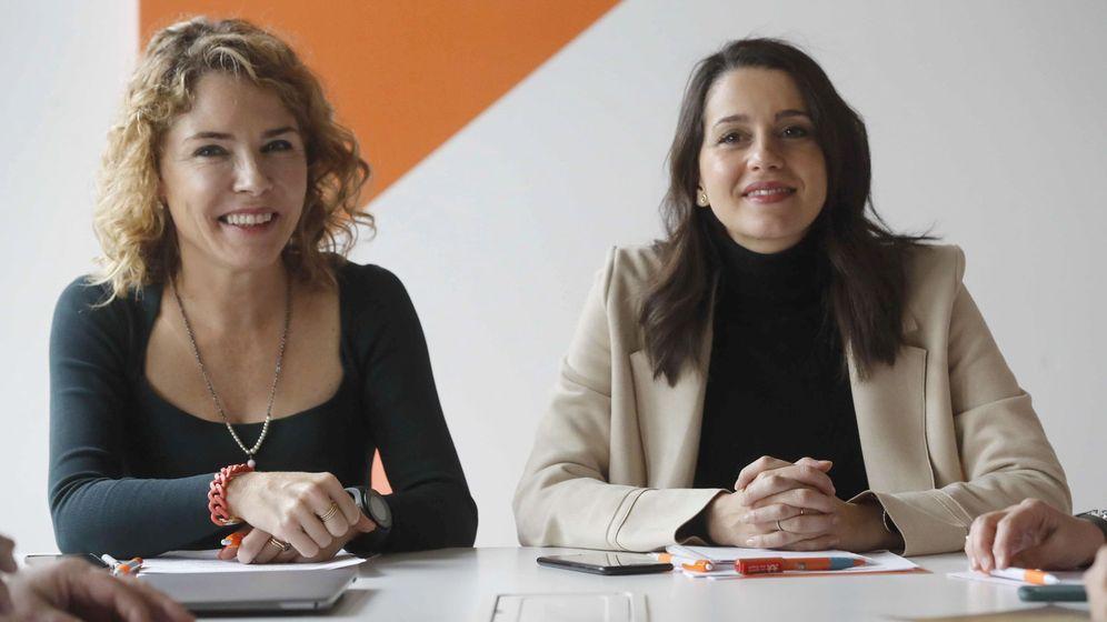 Foto: La portavoz de Ciudadanos en el Congreso, Inés Arrimadas (c, dcha), y la portavoz de Educación de este grupo parlamentario, Marta Martín. (EFE)