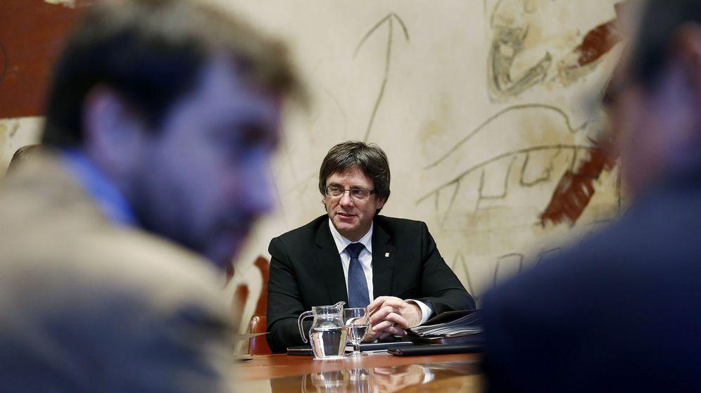 Foto: El presidente de la Generalitat, Carles Puigdemont, durante una reunión del Gobierno catalán. (EFE)