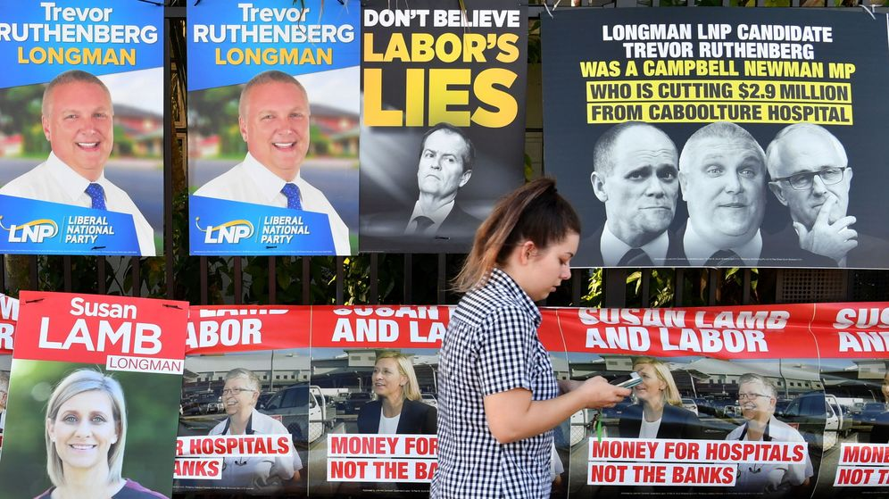 Foto: Carteles electorales en las pasadas elecciones federales en Australia. (Reuters)
