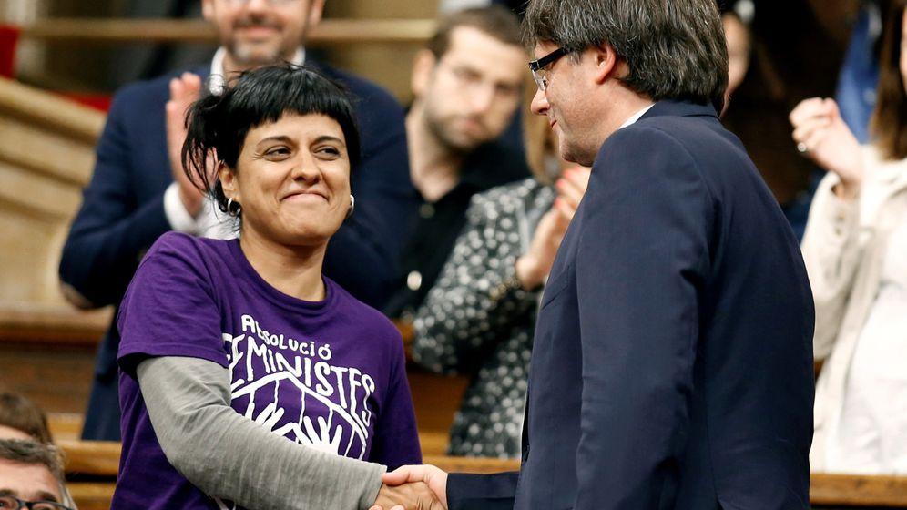 Foto: El presidente de la Generalitat, Carles Puigdemont, saluda a la diputada de la CUP Anna Gabriel. (Reuters)