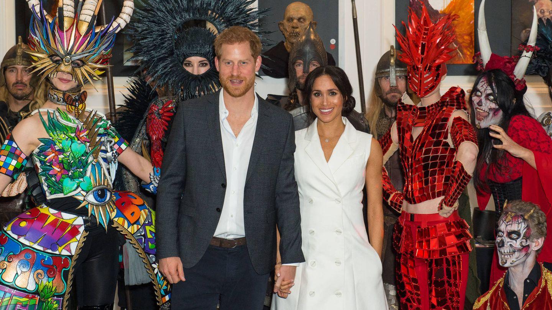 La pareja posó con los actores. (Getty)