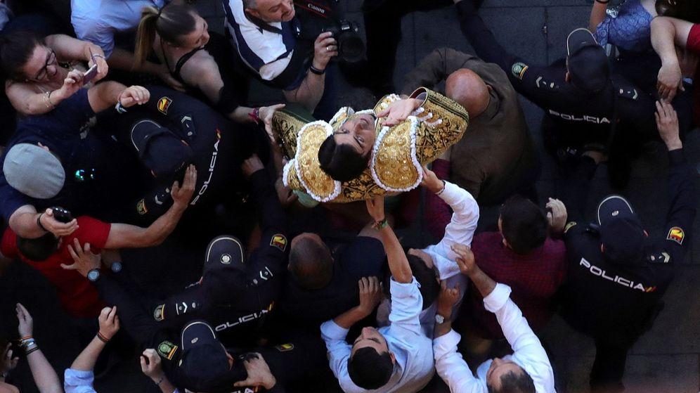 Foto: El diestro Miguel Ángel Perera sale por la puerta grande tras cortar dos orejas al tercero de la tarde. (EFE)