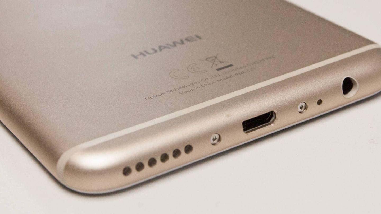 Conector tradicional y no USB tipo C. Esa es la apuesta del Mate 10 Lite. (E. Villarino)