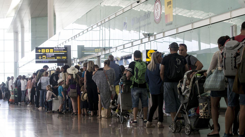 El aeropuerto de Barcelona-El Prat ha vuelto a registrar este viernes colas de hasta una hora. (EFE)