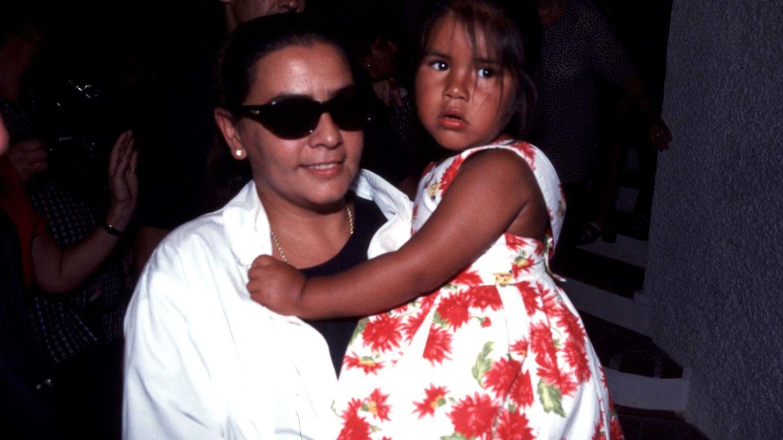 Foto: La cantante María del Monte con Chabelita en brazos en 1998 en Málaga (Gtres)