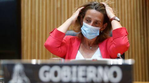Ribera renuncia a más medidas y azuza los fondos éticos contra las eléctricas