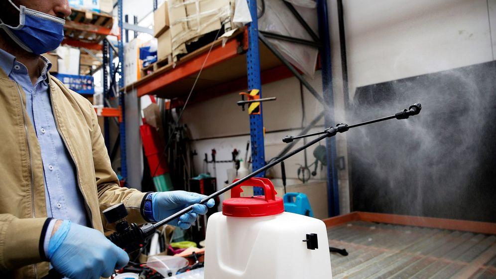 Foto: Empresa valenciana que produce mochilas para la nebulizaciónon. (EFE)