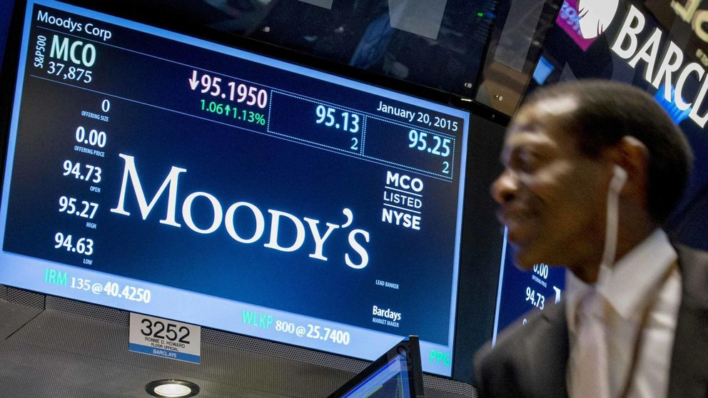 Moody's rebaja la nota crediticia de cinco entidades financieras griegas