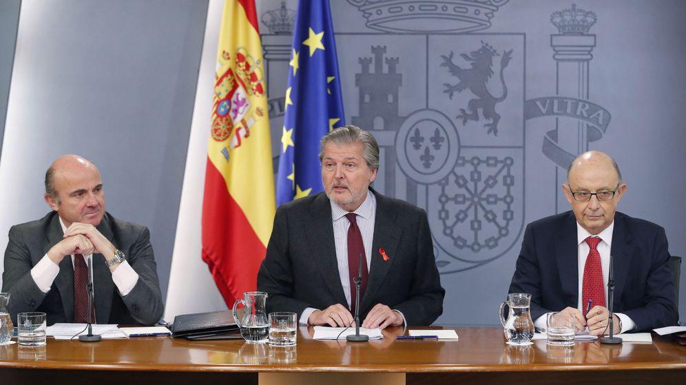 Foto: El ministro de Educación, Cultura y Deporte, Íñigo Méndez de Vigo, junto al ministro de Economía, Industria y Competitividad, Luis de Guindos, y el ministro de Hacienda, Cristóbal Montoro. (EFE)
