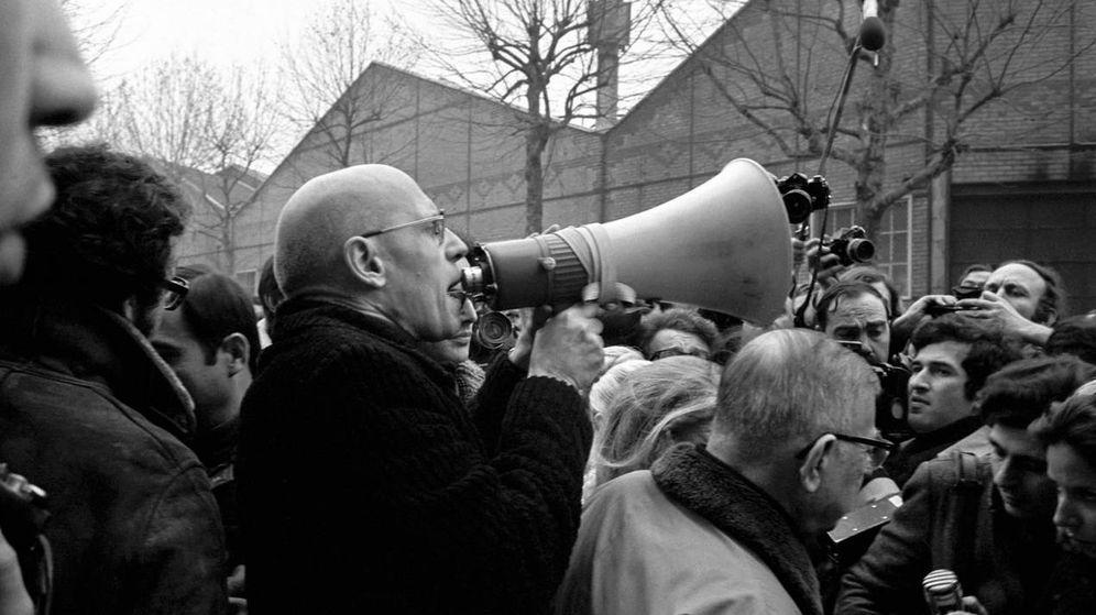 Foto: Michel Foucault sostiene un megáfono acompañado, a su derecha, por Jean-Paul Sartre, en una manifestación en 1972 en la fábrica Renault