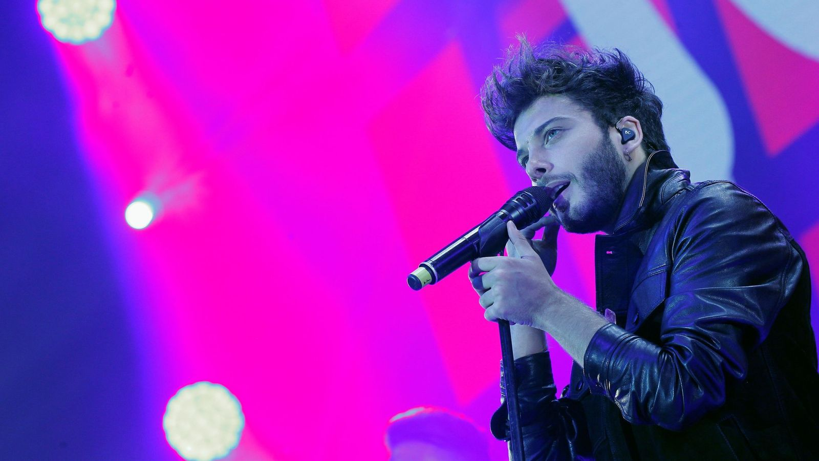 """Foto: El cantante Blas Cantó durante su actuación esta noche en el concierto """"Por Ellas"""". (EFE)."""
