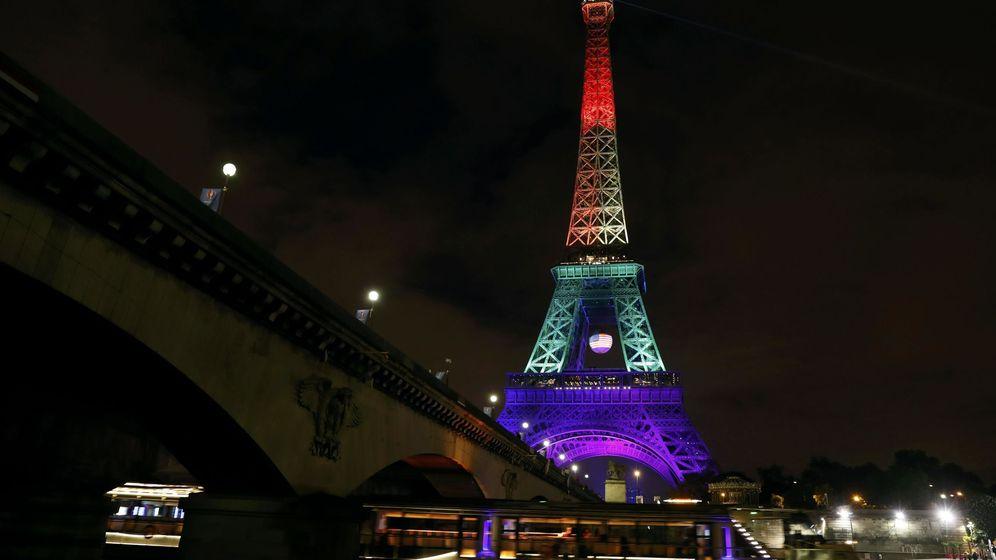 Foto: Las torre Eiffel iluminada en memoria de las víctimas de Orlando (Reuters)