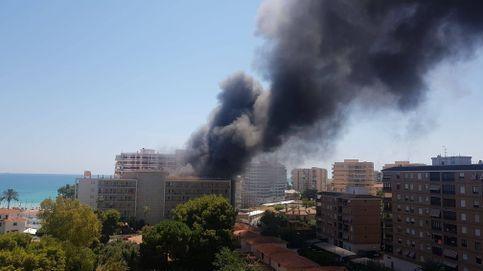 Un incendio en el parking de un hotel de Benicássim afecta a diez vehículos