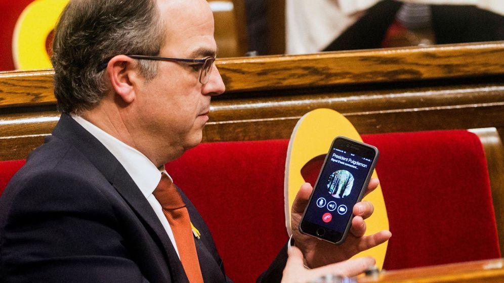 Foto: Jordi Turull conectó por teléfono con Carles Puigdemont y le pasó el móvil a Roger Torrent durante el pleno de constitución de la XII legislatura. (EFE)