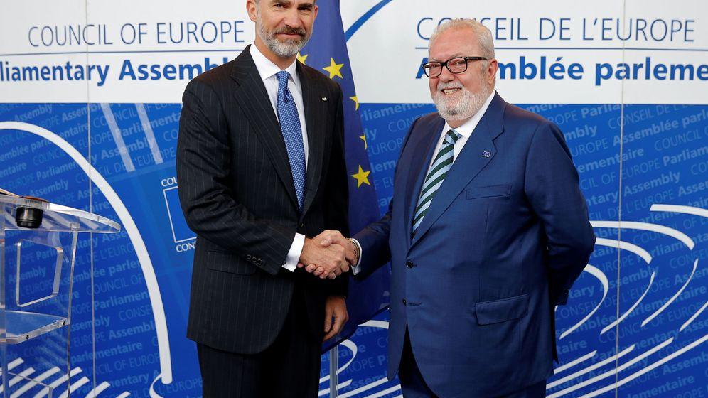 Foto: Felipe VI este jueves con Pedro Agramunt en Estrasburgo. (Reuters)