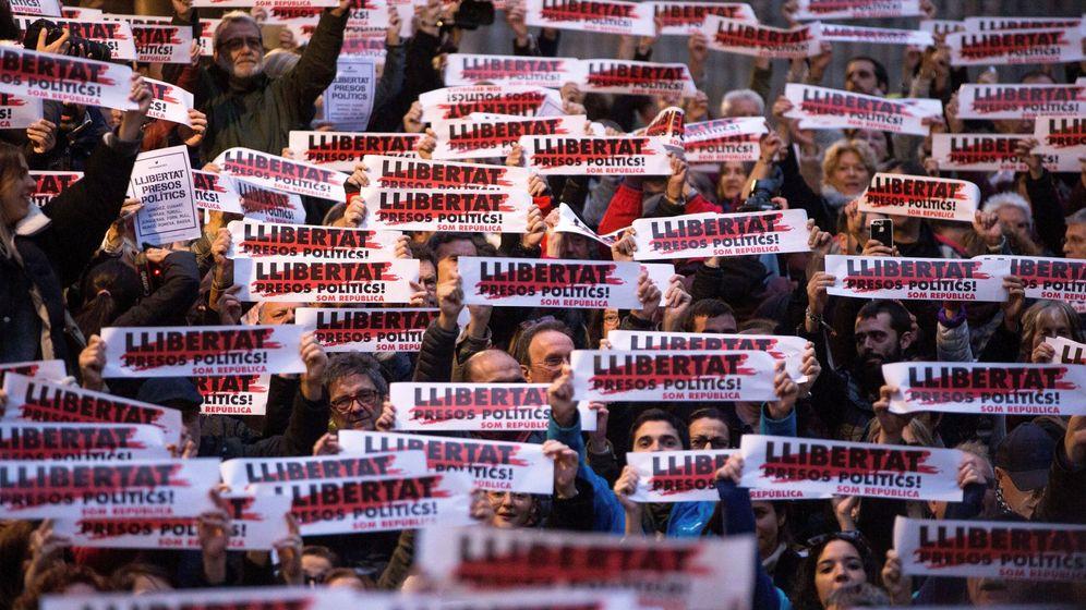Foto: Concentración en Barcelona para pedir la liberación de 'los Jordis' y parte del exGovern catalán. (EFE)