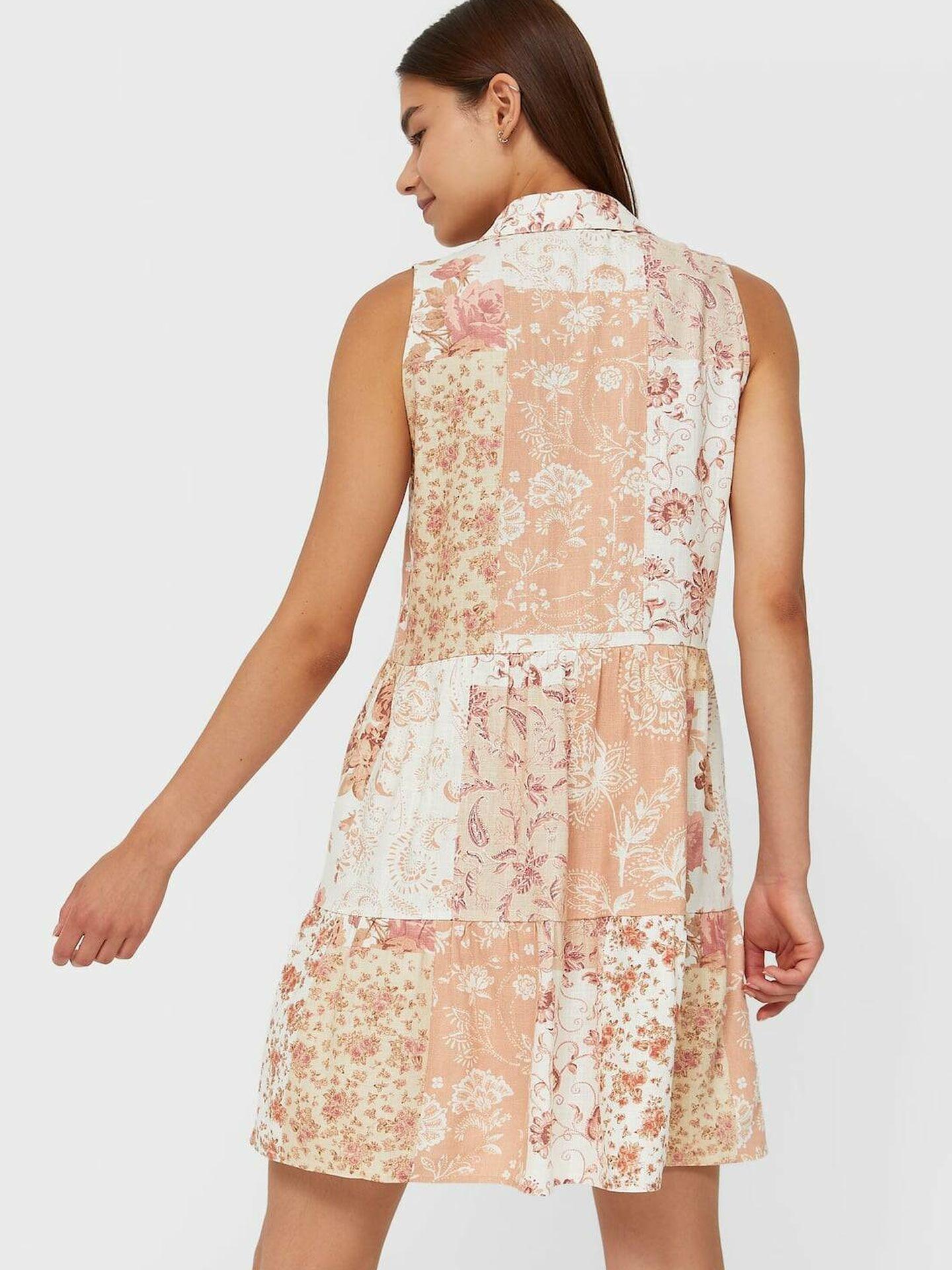 Vestido camiseo de flores de Stradivarius. (Cortesía)