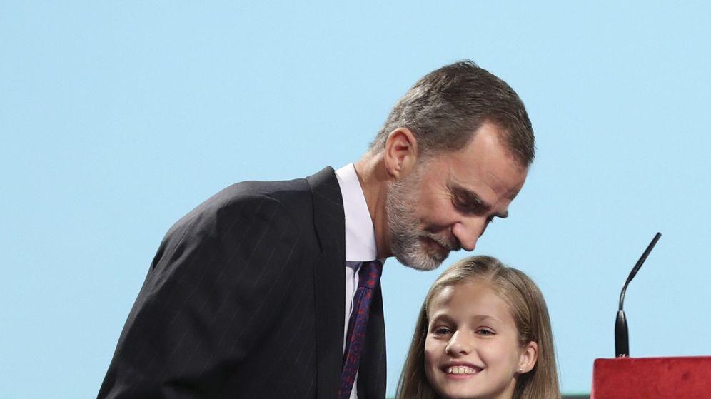 Foto: La princesa Leonor, acompañada por su padre, el Rey, tras intervenir por primera vez en un acto oficial. (EFE)