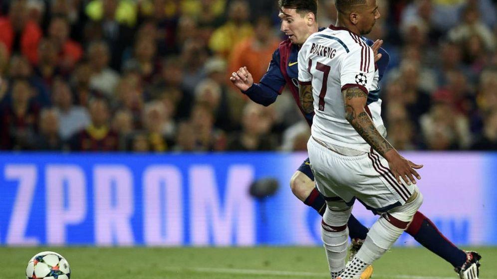 Foto: Messi en el momento de superar y tumbar a Boateng en el famoso regate de 2015.