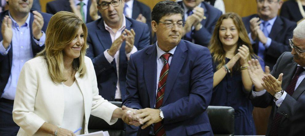 Foto: Susana Díaz, presidenta de la Junta de Andalucía, estrecha la mano del vicepresidente del ejecutivo, Diego Valderas (EFE)