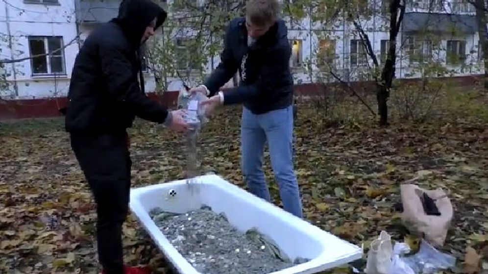 Foto: El momento en el que llenaron la bañera con 100.000 monedas (Foto: Instagram)
