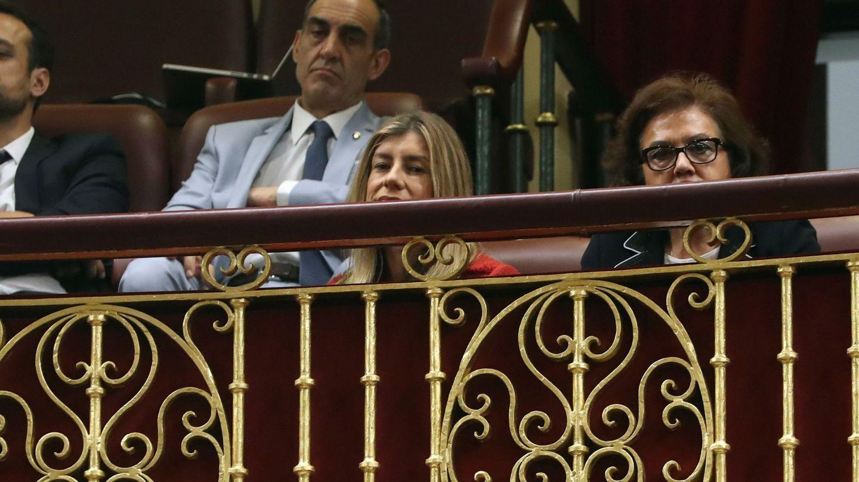Begoña Gómez y los padres de Pedro Sánchez, Pedro y Magdalena, este 1 de junio en el Congreso. (EFE)
