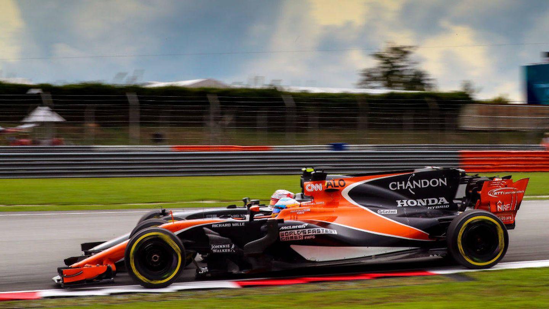 Fernando Alonso y Kevin Magnussen tuvieron una lucha singular en el GP de Malasia. (McLaren)