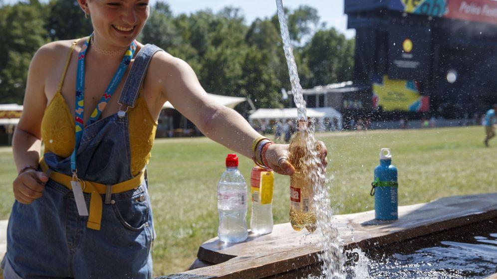 Foto: Una mujer bebe agua en Nyon, Suiza. (EFE)