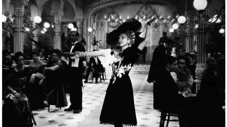Conchita Montenegro, con vestido de Balenciaga en 'Ídolos', en 1943. (CIFESA)