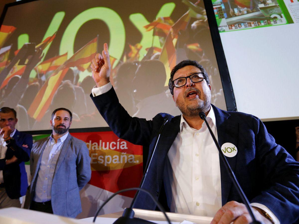 Foto: Francisco Serrano celebra la entrada en el Parlamento andaluz junto a Abascal y Ortega Smith. (Reuters)