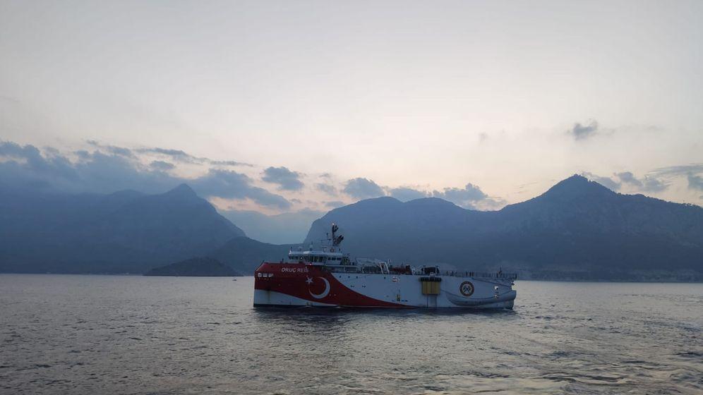 Foto: El barco de prospección turco, tras abandonar el puerto de Antalya. (EFE)