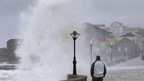 Olas de hasta 9 metros inundan los paseos: alerta por temporal en Coruña y Donosti