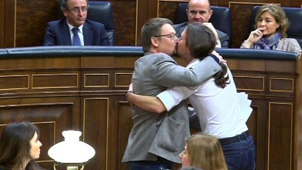 Foto: Xavier Domènech y Pablo Iglesias se besan en el Congreso de los Diputados. (EFE)