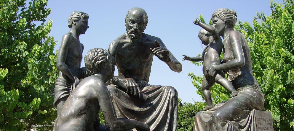 Foto: Estatua en Cos que representa a Hipócrates enseñando a sus discípulos. (Tedmek/Wikicommons)